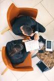Equipe do colega, homem de negócios e assento da mulher de negócios imagens de stock