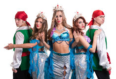 Equipe do dançarino do carnaval vestida como sereias e piratas Isolado no branco Fotos de Stock