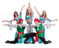 Equipe do dançarino do carnaval vestida como sereias e piratas Isolado no fundo branco do comprimento completo Imagens de Stock