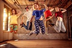 Equipe do dançarino - pessoa do dançarino que salta durante a música foto de stock royalty free