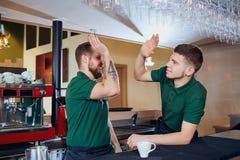 A equipe do empregado de bar do barista é um garçom no café do restaurante da barra foto de stock royalty free