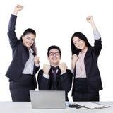Equipe do empresário que comemora a vitória Fotos de Stock Royalty Free