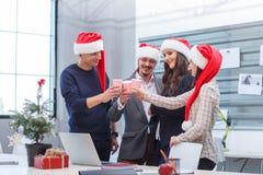 Equipe do escritório no corporaçõ do Natal No escritório imagem de stock royalty free