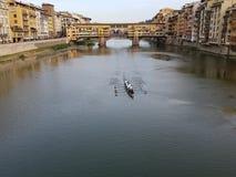 Equipe do grupo com o Ponte Vecchio imagem de stock