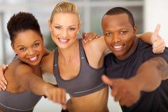 A equipe do Gym manuseia acima Fotografia de Stock