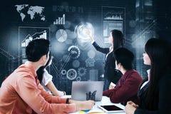 Equipe do negócio com cartas financeiras virtuais Fotografia de Stock Royalty Free
