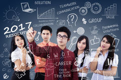 Equipe do negócio com estratégia das definições para 2017 Fotografia de Stock