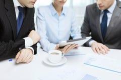 Equipe do negócio com gráfico, PC da tabuleta e café Fotos de Stock Royalty Free