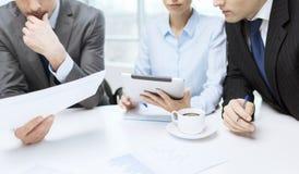 Equipe do negócio com gráfico, PC da tabuleta e café Fotos de Stock