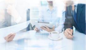 Equipe do negócio com gráfico, PC da tabuleta e café Imagens de Stock Royalty Free