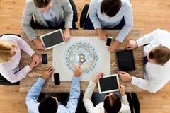 Equipe do negócio com holgram do bitcoin na tabela Fotos de Stock Royalty Free