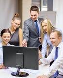 Equipe do negócio com o monitor que tem a discussão Foto de Stock Royalty Free