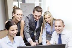 Equipe do negócio com o monitor que tem a discussão Fotografia de Stock Royalty Free