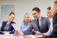Equipe do negócio com o PC da tabuleta que tem a discussão Imagens de Stock Royalty Free