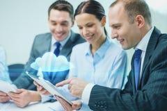 Equipe do negócio com o PC da tabuleta que tem a discussão Foto de Stock Royalty Free