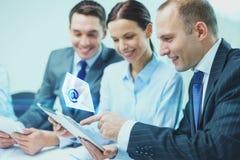 Equipe do negócio com o PC da tabuleta que tem a discussão Fotos de Stock Royalty Free
