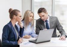Equipe do negócio com o portátil que tem a discussão Imagens de Stock