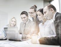 Equipe do negócio com o portátil que tem a discussão foto de stock royalty free