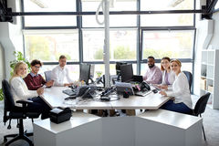 Equipe do negócio com os computadores que trabalham no escritório fotografia de stock royalty free