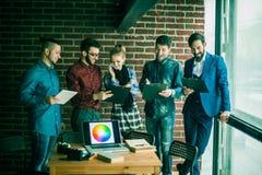 Equipe do negócio com os originais que estão sendo preparados para discutir o a novo Foto de Stock Royalty Free