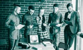 Equipe do negócio com os originais que estão sendo preparados para discutir o a novo Fotografia de Stock Royalty Free