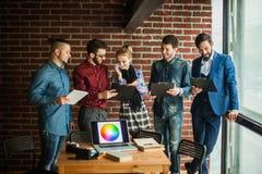 Equipe do negócio com os originais que estão sendo preparados para discutir o a novo Imagem de Stock Royalty Free