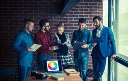 Equipe do negócio com os originais que estão sendo preparados para discutir o a novo Foto de Stock