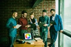Equipe do negócio com os originais que estão sendo preparados para discutir o a novo Imagens de Stock Royalty Free