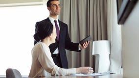 Equipe do negócio com papéis e PC da tabuleta no hotel video estoque