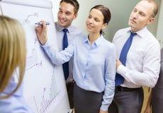 Equipe do negócio com a placa da aleta que tem a discussão Foto de Stock