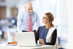 Equipe do negócio com portátil Imagem de Stock Royalty Free
