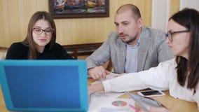 Equipe do negócio com reunião do esquema e problema da discussão no escritório vídeos de arquivo
