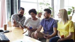 Equipe do negócio com smartphones e PC da tabuleta filme