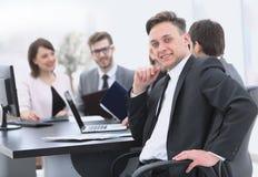 Equipe do negócio com um alto diretivo no primeiro plano Imagem de Stock Royalty Free