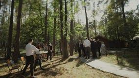 A equipe do negócio comemora fora Executivos ambientais verdes cercados por natureza vídeos de arquivo