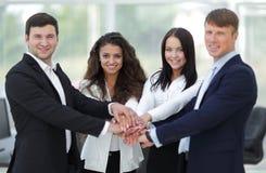 Equipe do negócio a cooperar no trabalho na empresa fotos de stock