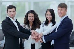 Equipe do negócio a cooperar no trabalho na empresa foto de stock royalty free