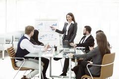 a equipe do negócio dá uma apresentação de um projeto financeiro novo para os sócios comerciais da empresa imagens de stock royalty free
