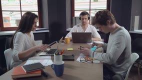 Equipe do negócio do dia útil video estoque