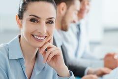 Equipe do negócio e levantamento de sorriso da mulher de negócios Imagem de Stock