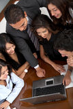 Equipe do negócio em um portátil do escritório Imagem de Stock