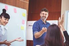 Equipe do negócio em uma reunião para planejadores bem sucedidos imagens de stock