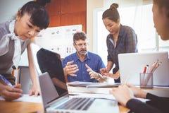 Equipe do negócio em uma reunião para planejadores bem sucedidos fotos de stock royalty free