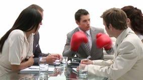 Equipe do negócio em uma reunião que está sendo conduzida por um homem de negócios superior vídeos de arquivo