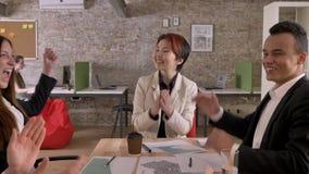 Equipe do negócio do encontro de terminação dos povos da raça misturada no prédio de escritórios moderno, na fala asiática das mu video estoque