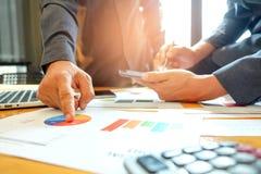 A equipe do negócio está analisando dados do gráfico A equipe aguçado na Dinamarca Imagem de Stock
