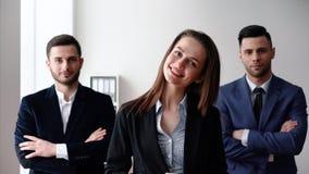 Equipe do negócio do grupo com braços cruzados e seu líder bonito na parte dianteira vídeos de arquivo