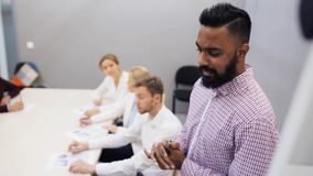 Equipe do negócio na apresentação no escritório video estoque