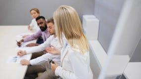 Equipe do negócio na apresentação no escritório vídeos de arquivo