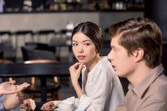 Equipe do negócio na reunião que discute o projeto no café imagem de stock royalty free